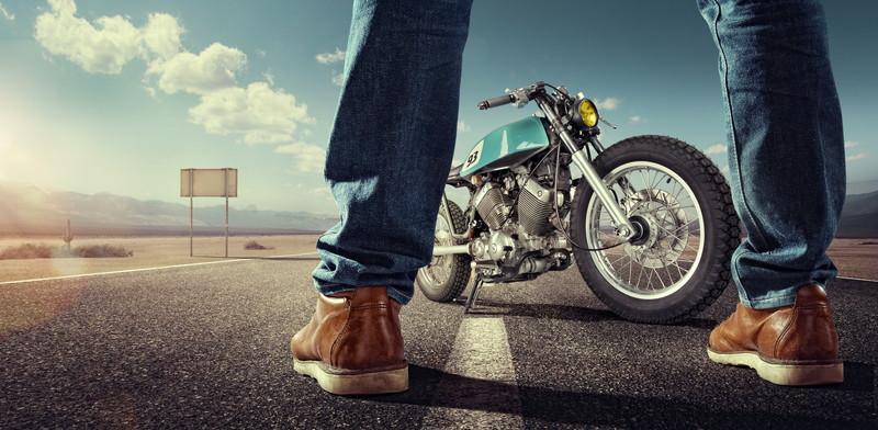 股の間にバイク